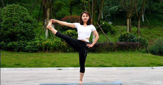 瑜伽体式《站立抬腿式》