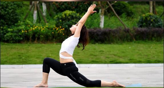 瑜伽体式《新月式》