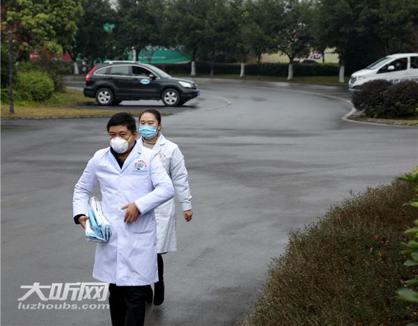 泸州:夫妻坚守一线 父母义务来医院做饭 女儿在家带弟弟