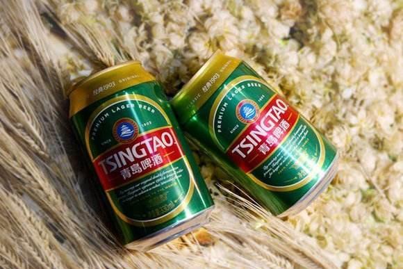 一箱箱包装好的易拉罐啤酒从青岛啤酒(泸州)有限公司新增的易拉罐生产线徐徐下线。这是青岛啤酒在川滇黔渝区域建成的第一条,也是唯一一条易拉罐啤酒生产线,实现了易拉罐啤酒泸州地产零的突破。今后,泸州人在家门口就能喝到本地产的易拉罐青啤了。