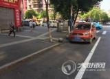 停车位挡住了人行道  交警现场执法化解矛盾