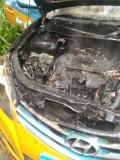 泸州一出租车起火 发动机舱烧毁严重