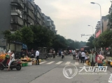 泸州:占道经营让两车道变一车道 市民叫苦不迭