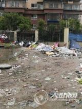 泸州一小区外的毛坯路成了垃圾场 居民盼及时清运