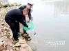 泸州沱二桥下有人钓鱼 渔政半天时间劝离40余人