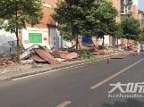 占用人行道当铺面  泸州泓江花园小区违建门市被拆
