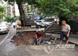 泸州:一景观石下沉污水溢出 相关部门及时处理