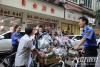 泸州:纳溪城管骑车上街巡查执法  市民点赞