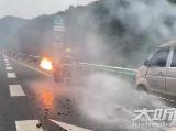 泸州:货车高速路上事故  消防员手拎起火液化气罐狂奔
