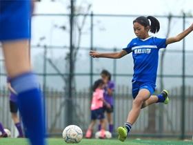 泸州乡村校园的足球