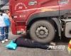 泸州:老人右腿被压货车底  消防成功救出