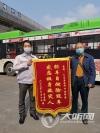 """泸州:路遇私家车起火 公交司机秒变""""消防员"""""""