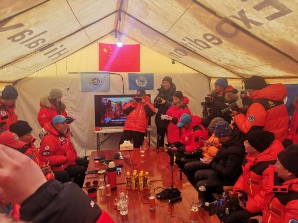成功!珠峰测量登山队登顶