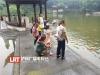 泸州:小孩喂鱼滑入湖中  保安发现一把捞起